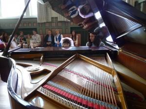 Lærer og elev på konsert